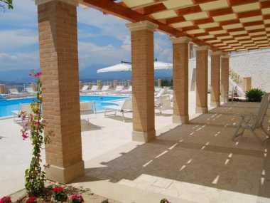 здание и бассейн