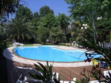 Отель, бассейн, частный сосновый лес